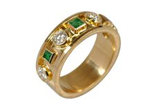 Sortija de oro de primera ley 750 MM con 3 esmeraldas naturales y 4 diamantes naturales. #joyeria #sortija #anillo #oro #jewelry #ring #gold
