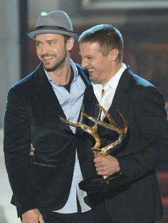 Pin for Later: Revivez les meilleurs moments des Best Guys Choice Awards !  Justin Timberlake a bien rigolé avec Jeremy Renner quand ils sont montés sur scène en 2012.