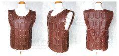 Brigantina corta, hecha a mano, en polipiel, remaches dorados, rematada con tiras de cuero.