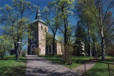 Uskelan kirkko. C.L. Engelin suunnittelema kirkko valmistui 1832. Lue lisää kirkon historiasta Salon Seurakunnan sivuilta. Grave Monuments, Place Of Worship, Finland, Sidewalk, Graveyards, Mansions, House Styles, Places, Beautiful