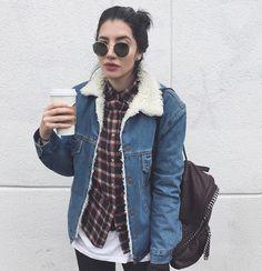 Jaqueta jeans, camiseta de xadrez e óculo redondo. Super tendência dos anos 90 que merece ter um espaço no seu closet.