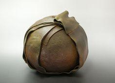 """金重 晃介(b.1943-) Kosuke Kaneshige 備前花器 共箱 Bizen wrapped ball vase with his signed wood box  Mr.Kosuke Kaneshige often makes wrapped or tied pieces with Bizen clay. This piece was introduced in a article of """"The 50 major ceramic artists in Japan"""" on """"HONOO-GEIJUTSU ;an art of fire"""" magazine in 2012. w27.0xd22.5xh32cm JPY525,000(税込)"""