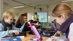 Schülerinnen und Schüler aus Pönitz in Schleswig-Holstein sitzen in ihrem Klassenraum und arbeiten mit Tablet-PCs.