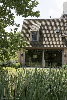 De ramen zoals op deze foto willen we graag aan beide zijkanten van de woning. Ze hoeven niet open te kunnen, ook de houten constructie eromheen vinden we mooi. Zoiets zou ook aan de voorkant kunnen maar dan met schuifdeuren zie email.