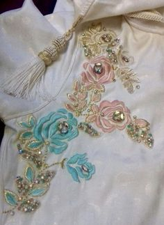 Made in Morocco Embroidery Works, Embroidery Suits, Rose Embroidery, Hand Embroidery Designs, Embroidery Stitches, Embroidery Patterns, Style Fête, Caftan Gallery, Bridal Mehndi Designs