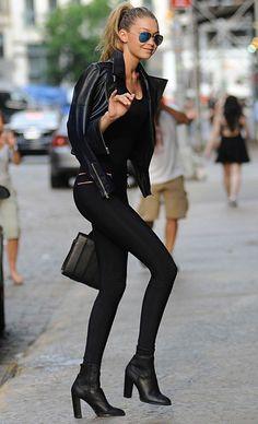 Gigi Hadid Street Style Legging Jaqueta de Couro e Bota Look