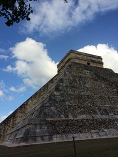 The clouds sit so perfectly! Amazing!! #chichenitza #mexico #sevenwonder #vacation