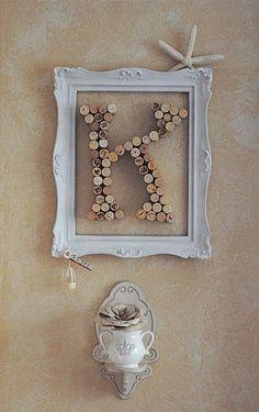 5 Möglichkeiten, Buchstaben als Kunst anzuzeigen - DIY Materials Wine Cork Monogram, Wine Cork Letters, Wine Cork Art, Framed Initials, Initial Wall, Recycled Wine Bottles, Wine Bottle Corks, Bottle Caps, Cork Crafts
