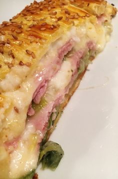 Ham, leek, Comté, béchamel puff pastry - Noémie& delights - If you are a fan of puff pastries, this one will certainly please you. Garnished with a slightly th - Quiche Lorraine, Cooking Chef, Batch Cooking, Cheese Meme, Tapas, Food Porn, Cheese Recipes, Creative Food, Finger Foods