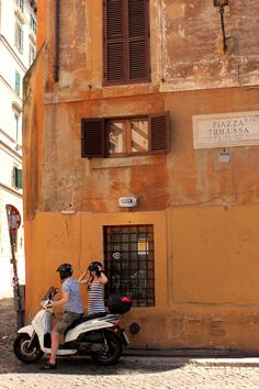 italian love romance, roma holiday style, couple kissing in trastevere, coppia trastevere