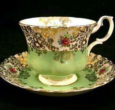 Royal Albert Tea cup and Saucer Vintage Crockery, Antique Tea Cups, Vintage Tea, Vintage Cups, Cup And Saucer Set, Tea Cup Saucer, Teapots And Cups, Teacups, Royal Albert