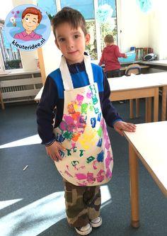 Schort knutselen met kleuters, thema huishouden, kleuteridee, kindergarten housekeeper craft 2 Good House, Kids Playing, Kids Meals, Art For Kids, Diy And Crafts, Kindergarten, School, Eyelash Glue, Children Play