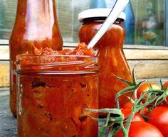 Dette er uden tvivl den lækreste ketchup, jeg til dato har lavet! Den er sød, aromatisk og stærk på samme tid og konsistensen er dejlig...