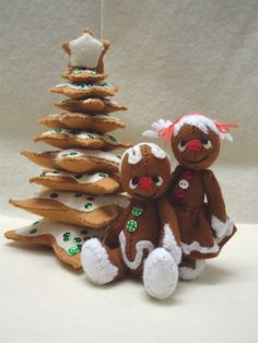 This is an E-pattern from my first set of felt patterns to make a whole Gingerbread Village. With houses, trees, gingerbread people and their pets. This first set contains the patterns to make a 4 gingerbread boy (plus the variation to make him a matching girlfriend) and a 7 cookie tree.