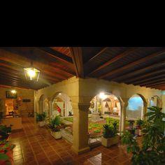 Claustro Hotel Rural Casa Rosalia en Brión, a 10 kms de Santiago de Compostela, Galicia. Ven a disfrutar de un fin de semana en Galicia en www.hotelcasarosalia.com