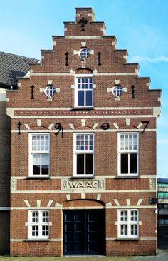 Ter vervanging van het waaggebouw aan de Markt werd een bestaand pand aan de Paradijlaan in 1907 door architect Kooken vergroot en voorzien van een neorenaissancegevel met trapgevel. Sierankers geven het bouwjaar weer. In de periode van 1948 tot 1954 was de administratie van de gemeentelijke brandweer in dit pand was gevestigd, waarna hier van 1954 tot het voorjaar 1971 museum Kempenland werd gehuisvest.