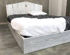 lit de kate gris patine plate forme de tons de bois naturel et