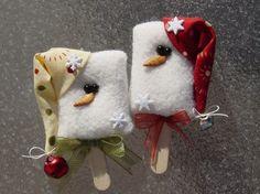 Fleece snowman Popsicle ornaments Christmas craft - pic for inspiration Felt Christmas Ornaments, Christmas Snowman, Handmade Christmas, Christmas Holidays, Christmas Decorations, Snowman Ornaments, Christmas Toys, Snowman Crafts, Christmas Projects