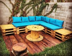Old Pallets Ideas recycled pallets made garden deck with furniture Pallet Patio, Pallet Garden Furniture, Outdoor Furniture Plans, Pallets Garden, Recycled Furniture, Diy Furniture, Pallet Gardening, Pallet Seating, Furniture Stores