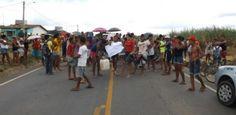 Moradores de Araçoiaba protestam contra falta dágua Famílias da Vila Itapiré estão sem abastecimento há diasMoradores da Vila Itapiré, localizada às margens da PE-41, em Araçoiaba, realizaram um protesto, nesta terça (26), fechando a rodovia, para chamar atenção das autoridades para a f Publicado em 27/03/2013, às 10h57 (Leia [+] clicando na imagem)