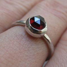 Red Rose Cut Garnet Ring par VKDesignsJewelry sur Etsy, $75,00