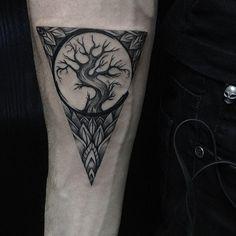 thebestartt.com / Татуировка Дерево в Треугольнике на Руке