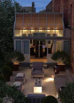 Un salotto per esterno, dai colori neutri e dalla forma lineare, arredano il…
