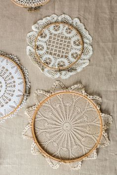 LOVE! DIY Dream catchers made using doilies and embroidery hoops! (tutorial) link strait to the translated version...  http://mokkasin.blogspot.com.au/2015/03/du-vet-val-att-de-ar-mgaiska.html