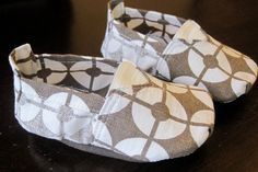 DIY Baby Toms--10 DIY baby shoe patterns for super fun baby shower gifts. Nx
