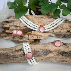 Die handgemachte, dreireihige Kropfkette aus Glaswachsperlen mit dem Hirschmotiv ist das perfekte Accessoire zu eurem Trachtenlook. Als Kombination mit Armband, Ohrringe oder Ohrstecker und Ring erhältlicht. Alle Teile des Sets sind auch einzeln erhältlich. Das Set wird von uns hergestellt, und kann somit auch individuell angepasst werden. #kette #halskette #armband #ohrringe #ohrstecker #ohrhänger #ring #rosa #schmuckset #geschenkset #vielefarben #trachtenlook #trachtenmode Pink, Accessories, String Of Pearls, Stud Earring, Neck Chain, Ring, Wristlets, Bags