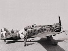 Macchi M.C.200 Saetta. El diseño Macchi era robusto, compacto e imaginativo, aunque seriamente limitado por la falta de un motor de potencia adecuada (de unos 1.200 cv). En su lugar se utilizó el motor radial Fiat A.74 de 14 cilindros en doble estrella y refrigerado por aire, que no superaba los 870 cv en despegue.