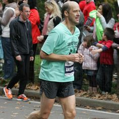 Anthony Edwards ran the 2001 and 2003 Chicago Marathons and the 2009 New York City Marathon. The actor best known for his role on ER picked up running at age 37 and is still at it at typically going out for a Chicago Marathon, City Marathon, Anthony Edwards, Marathon Runners, How To Start Running, Marathons, Katie Holmes, Oprah, New York City