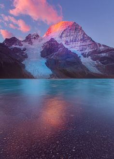 Mount Robson/Berg Lake at sunrise the most prominent mountain in the Rocky Mountains range - British Columbia, Canada The Places Youll Go, Places To See, Beautiful World, Beautiful Places, Amazing Places, Wallpaper Bonitos, Sunrise Lake, Wallpaper Aesthetic, Perfect Day