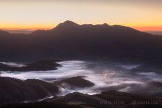 https://flic.kr/p/RWELZn | VALLE DE SABERO | Sunshine in Sabero's Valley, León, Spain.  Fantastic Fog behind the mountains.  Amanecer en el valle de sabero, con sus características y fantásticas nieblas.