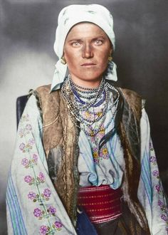 Portrait of a Ruthenian (now in Ukraine) woman at the Ellis Island Immigration Station, From a collection of colorized portraits taken at Ellis Island around Photo Portrait, Female Portrait, Woman Portrait, Ellis Island Immigrants, Colorized Photos, Old Faces, Vintage Gypsy, Vintage Ads, Dibujo