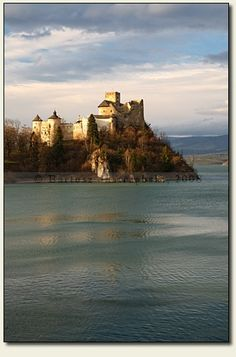 Niedzica, Poland This castle The castle in Niedzica was built around 1370 by the Grand Master of the Teutonic Order. The Places Youll Go, Places To See, Beautiful World, Beautiful Places, Photo Voyage, Visit Poland, Poland Travel, Travel Brochure, Central Europe