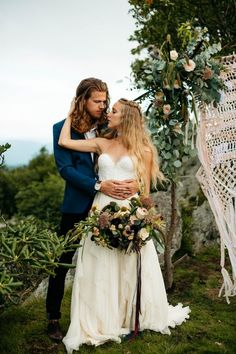 Macrame, wildflowers, and mountain views have us loving this mountain elopement inspiration | Image by Julia Madden Sears