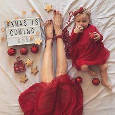 Dzień dobry! 🙋🏻 Już za 5 dni  mamy Święta! 🎄 Zamawiam zdrówko dla całej rodziny, biały i puszysty śnieg ☃️, a także zero zbędnych kilogramów, które mogłyby być skutkiem ubocznym mojego niepohamowanego obżarstwa. 🙊 A co Wy zamawiacie na Święta? Mikołaj jeszcze zbiera zamówienia. 🎅🏻 #christmas #xmas #xmasiscoming #christmasiscoming #christmastime #xmastime #christmas2017 #święta #lightbox #onthebed #flatlay #legs #momanddaughter #babyitscoldoutside #dziendobry #hello #vscostyle…