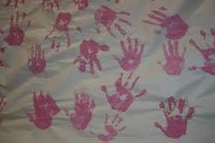 Ensemble, en rose! Sur une longue banderole dans un couloir de l'école, demandez aux membres de la communauté scolaire de mettre l'empreinte de leurs mains en peinture rose. #Journeeduchandailrose #pinkshirtday