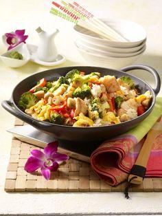 Asia Gemüse Reis mit Ei: 1 TL Wasabi-Paste, 8 EL Sojasoße, 150 g Basmatireis, Salz, 1 rote Paprikaschote, 500 g Brokkoli, 250 g Champignons, 2 EL Speisestärke, 3 EL Öl, weißer Pfeffer, 3 Eier