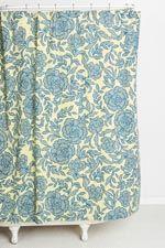 Rideau de douche bleu motif primevères chez Urban Outfitters