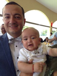 Esteban Juárez en el bautizo de su hijo, Esteban, ambos con pajarillas Maauad luciendo increíbles.