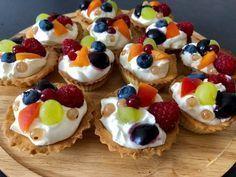 Kruche babeczki z kremem mascarpone i owocami - Blog z apetytem No Bake Desserts, Delicious Desserts, Yummy Food, Muffins, Bread Cake, Tasty Bites, Cooking Light, Pavlova, Queso