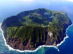 Le volcan d'Aogashima, 青ヶ島, Située dans l'archipel d'Izu, Japon Izu, Beautiful Places In The World, Places Around The World, Around The Worlds, Amazing Places, Wonderful Places, Amazing Things, Places To Travel, Places To See