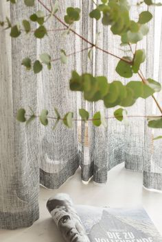 Der raumhohe Store » PRATO « ist eine Klasse für sich und begeistert mit seinem körnigen Design und modernen Statement-Farben. Ausgeklügelte Technik und 100% verlässliche Qualität bestechen einzigartig. Die Sprache ist klar, straight und zeitlos.  #5900chic #vorhang #gardine #store #SONNHAUS #raumausstattung Curtains, Design, Home Decor, Sheer Curtains, Unique, Language, Autumn, Colors