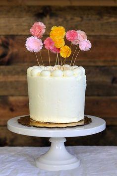 Topo de bolo de pompom coloridos. Foto: You Are My Fave.