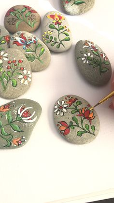 Folk art flowers painted pebbles by Christine Onward Herbstdeko Art Christine fl. - Folk art flowers painted pebbles by Christine Onward Herbstdeko Art Christine flowers Folk Herbstde - Rock Painting Patterns, Rock Painting Ideas Easy, Rock Painting Designs, Paint Designs, Folk Art Flowers, Rock Flowers, Flower Art, Diy Flowers, Painted Rocks Craft