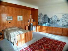 Stephen's suite was designed by Seely to Stephen's requirements. It consists of an aspen-lined bedroom, a walk-in wardrobe and a blue-and-green-tiled bathroom. On the side walls of the bedroom is a block-printed wallpaper depicting Kew Gardens made by Sandersons; the coved ceiling represents the sky linking the two landscapes. During repairs straw was found packed within the hollow corridor wall for sound insulation