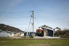 敷地は兵庫県高砂市、現地を見に行くとそこには電車の車両が置かれていた。   聞くとクライアントが子供の頃から置かれており、地域住民の憩いの場として開放   されていたと言う。当初、この電車は撤去し広く敷地を使い新築する予定であった。 ...