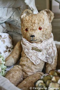 Vieil ours en peluche  j'avais le même il y a dèjà bien longtemps !!!!